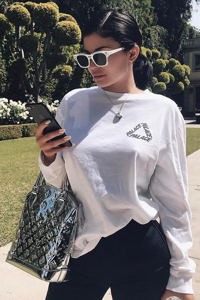 Kylie-Jenner-@kyliejenner-2017-04-10_L3NoRkNyZGRjbHQxZzdKeU1jWjhiSUV6Yllrcz0vMHgwOjcyMHgxMDgwLzY0MHgwL2MwODg3NzdhLTAyYzAtNDQ4ZC1iMzExLTg1ZmQzZDE1OTkwYw==.jpeg